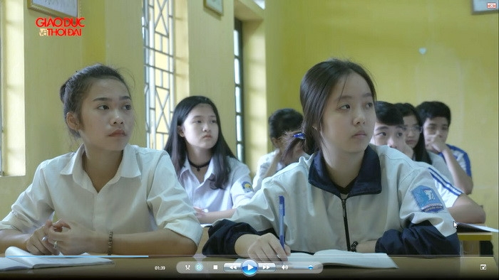 Cô học trò nhỏ vượt qua bệnh nặng để đến trường