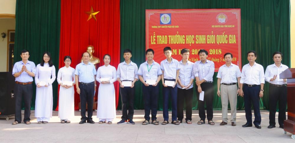 Trao thưởng học sinh, giáo viên Trường THPT chuyên Phan Bội Châu