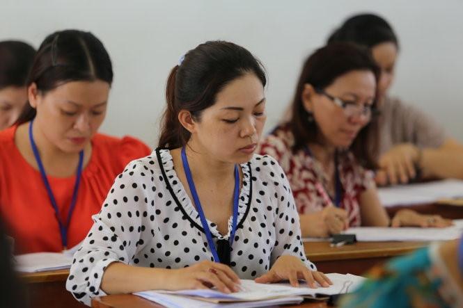 Quy trình chấm bài thi tự luận được thực hiện như thế nào?