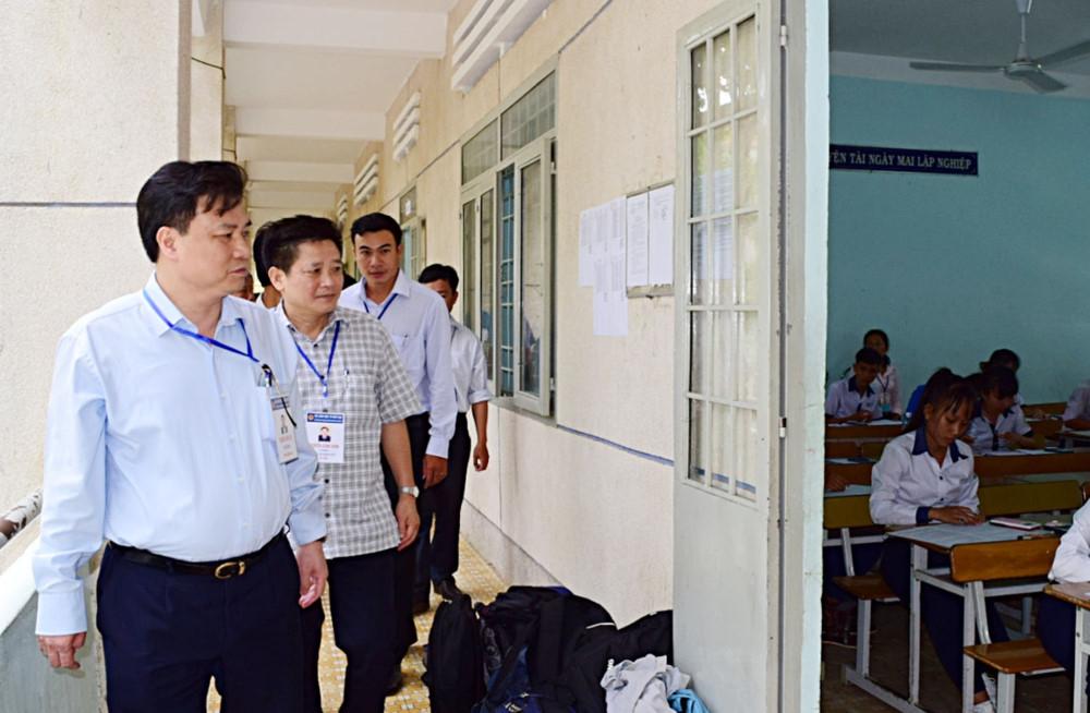 Thứ trưởng Nguyễn Hữu Độ kiểm tra các điểm thi tại Bình Thuận