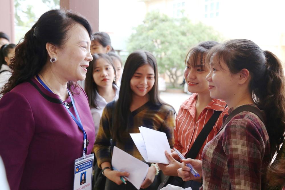Thứ trưởng Nguyễn Thị Nghĩa kiểm tra thi THPT quốc gia tại miền Trung