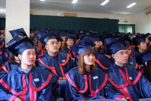 Các tân cử nhân vừa tốt nghiệp Trường ĐH Sư phạm Đà Nẵng