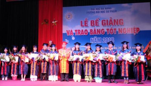 PGS.TS Lưu Trang - Hiệu trưởng Trường ĐH Sư phạm Đà Nẵng cũng các SV vừa tốt nghiệp năm 2018