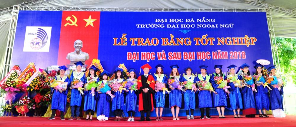 Gần 1.300 SV trường ĐH Ngoại ngữ - ĐH Đà Nẵng nhận bằng tốt nghiệp