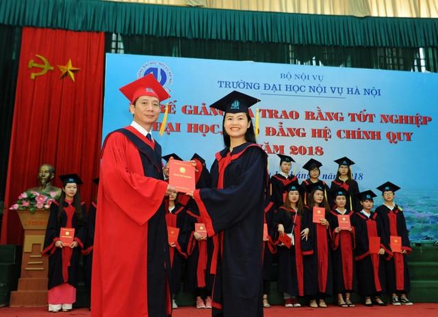 Trường Đại học Nội vụ Hà Nội trao bằng tốt nghiệp cho sinh viên