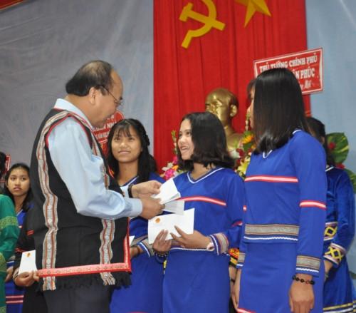 Thủ tướng Nguyễn Xuân Phúc: Sự nghiệp giáo dục, phát triển đất nước là sự nghiệp chung của 54 dân tộc anh em - Ảnh minh hoạ 3