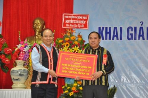 Thủ tướng Nguyễn Xuân Phúc: Sự nghiệp giáo dục, phát triển đất nước là sự nghiệp chung của 54 dân tộc anh em - Ảnh minh hoạ 5