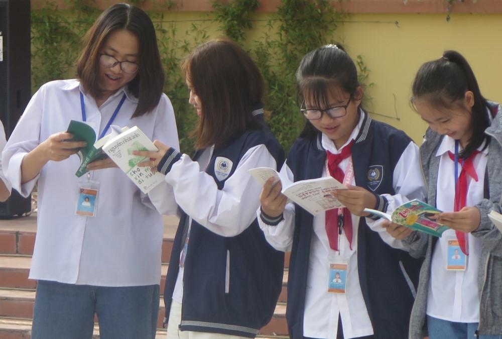 Dự án sách 'Tiếp bước tương lai' đến với học sinh vùng cao Điện Biên