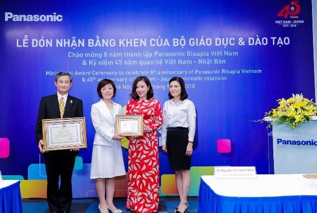Trao Bằng khen của Bộ trưởng Bộ GD&ĐT cho Panasonic Risupia Việt Nam