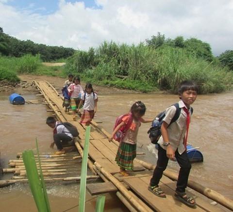 """""""Ớn lạnh"""" những con đường đến trường của học sinh buôn H'Mông"""