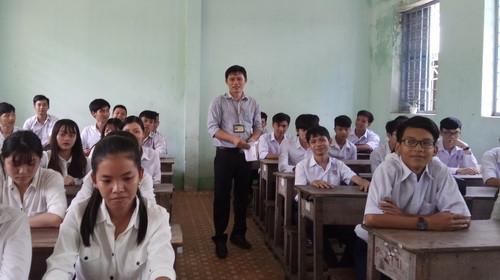 Thầy giáo đi hái bông điên điển giúp đỡ học trò