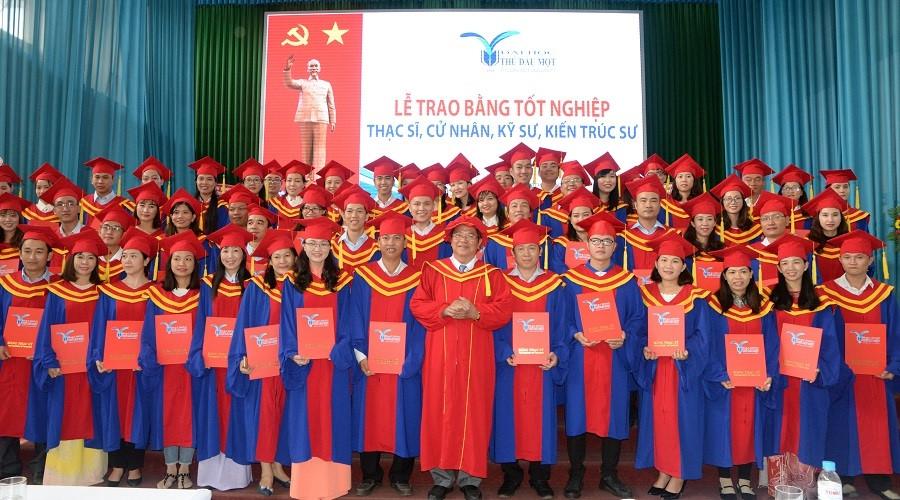 Hơn 1.600 sinh viên Trường ĐH Thủ Dầu Một nhận bằng tốt nghiệp
