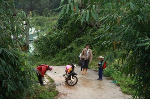 Kon Tum: Hàng trăm học sinh đội mưa dự khai giảng muộn - Ảnh minh hoạ 3