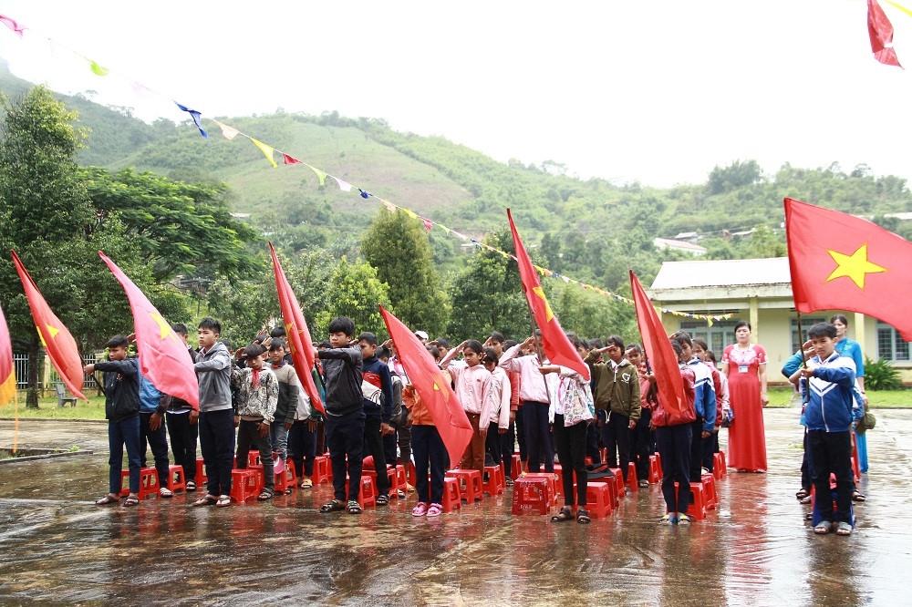Kon Tum: Hàng trăm học sinh đội mưa dự khai giảng muộn