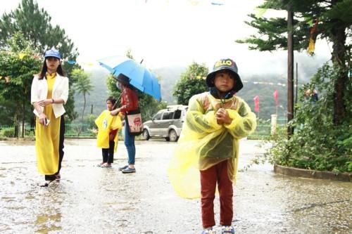Kon Tum: Hàng trăm học sinh đội mưa dự khai giảng muộn - Ảnh minh hoạ 9