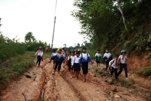 Kon Tum: Hàng trăm học sinh đội mưa dự khai giảng muộn - Ảnh minh hoạ 2