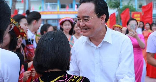 Bộ trưởng Phùng Xuân Nhạ thăm và làm việc tại trường THPT Tô Hiệu, Sơn La